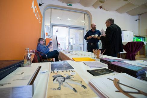 #agdjt13 – Anlaufstelle Tagungsbüro: Andreas Maxbauer im Gespräch mit Joachim Crocoll |Foto: Dieter Düvelmeyer