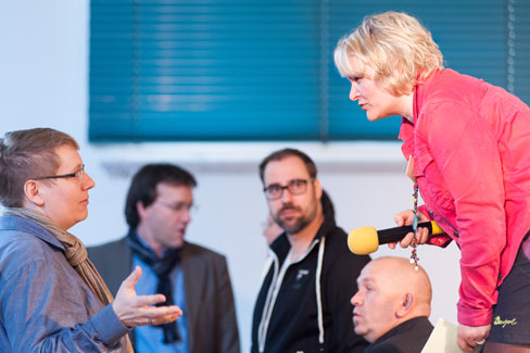 #agdjt13 – Kurze Frage zur Technik... Moderatorin Sabine Reister (rechts) im Gespräch mit Friederike Sobiech |Foto: Dieter Düvelmeyer