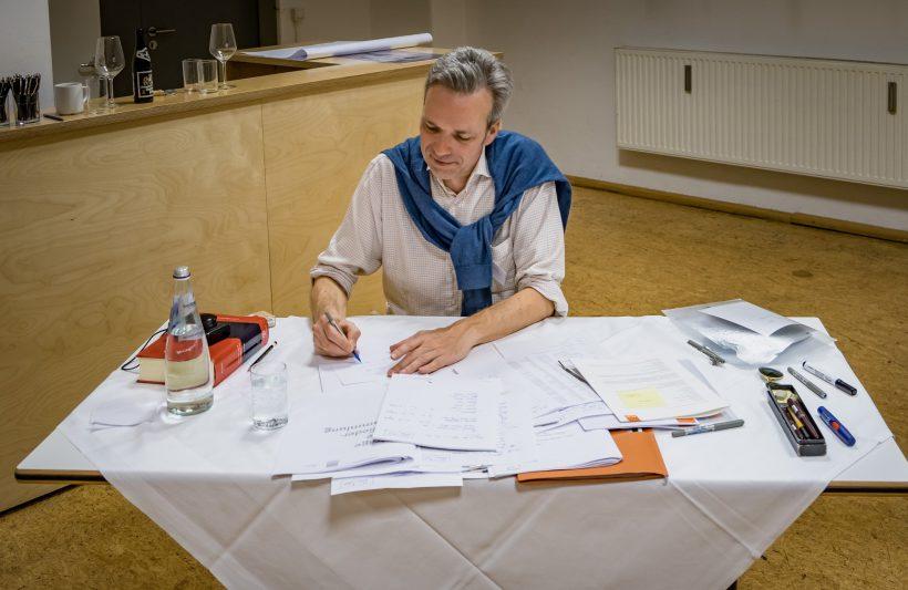 Erst sieben Stunden Autofahrt mit gewöhnungsbedürftigem Musikmix und dann Protokollant bei der Mitgliederversammlung: AGD-Justiziar Alexander Koch ist nunmehr gestählt für seine neue Aufgabe bei uns.