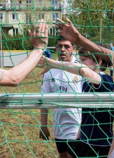 Pfeffersportler, Schüler und Kinder aus dem Kiez spielen zum Spendenauftakt Fussball auf der Brache. © Pfeffersport e.V.