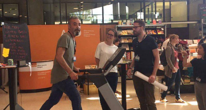 Zwei Schweizer Designer mit unserer Mitarbeiterin Margarete Goj. © AGD
