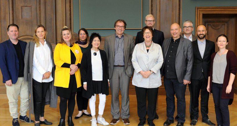Von links nach rechts: Scott W.J. Lipinski und Claudia Hoffmann (Fashion Councial Germany), Lisa Lang (VDMD), Janine Wunder (Rat für Formgebung), Mara Michel (DT und VDMD), Torsten Meyer-Bogya (DT und AGD), Bundeswirtschaftsministerin Brigitte Zypries, Christian Büning (DT und BDG), Boris Kochan (DT und TGM), Andreas Schulze (DT und VDID), Ake Rudolf und Ingrid Krauß (IDZ) © Susanne Eriksson/BMWI