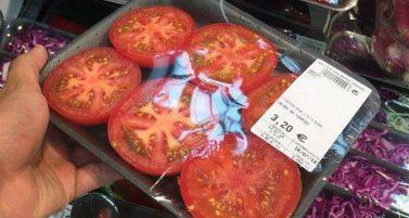 """Noch ein Beispiel für unnötigen Plastikmüll: Am 21. Juli dieses Jahres postet der Grünenpolitiker Jürgen Huber in Plastik eingepackte Tomaten in Scheiben. Sein Kommentar dazu """"Immer mehr Müll, um tendenziell schlechteres Essen. - Und teuer dazu. - Um Bequemlichkeit zu Geld zu machen."""""""